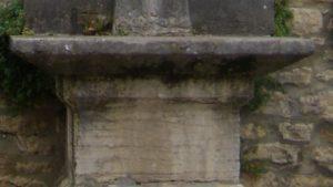 Croix de la place du Bourg - soubassement en choin