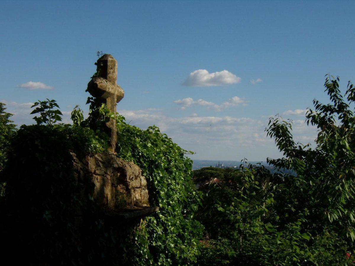 Vue de la croix des Marronniers au fond Fourvière