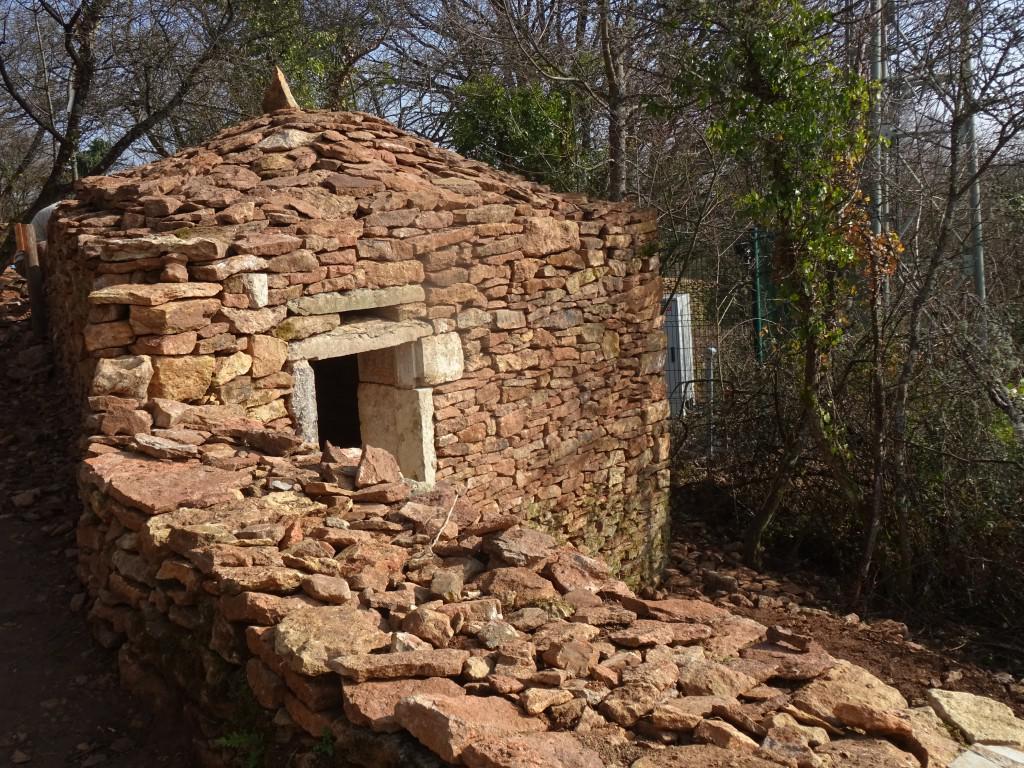 Les jambages de la porte, en pierres droites, ont été récupérées sur un autre chantier, on n'a pas retrouvé des vestiges de la porte de l'ancienne caborne.