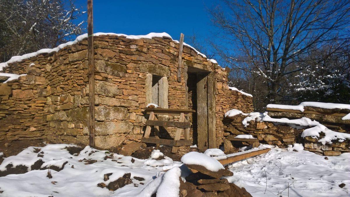 Caborne en cours de rénovation sous la neige