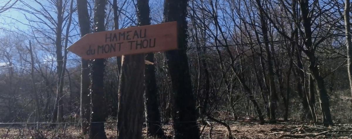 Panneau Hameau du Mont Thou sur le chemin des Chalettes
